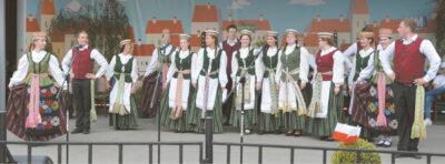 """Marijampolės kolegijos ansamblis """"Sūduonėlė"""" – Petrakavo tarptautiniame susigiminiavusių miestų kultūros festivalyje."""