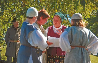 Nijolė Skinkienė (centre) tariasi... Vištyčio II lauke vykusioje Tarmių metams skirtoje šventėje ji buvo tarp organizatorių.