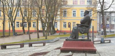 Paminklas Jonui Jablonskiui priešais Marijampolės Rygiškių Jono gimnaziją pastatytas 1992 metais, jo autorius – skulptorius Petras Aleksandravičius.