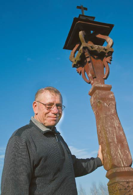 Medžio skulptoriai A. Lastauskas, K. Kvainauskas ir prisikėlę Suvalkijos kryžiai