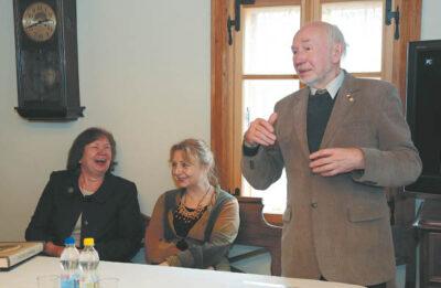Jono Basanavičiaus premijos laureatai Libertas Klimka ir Dalia Urbanavičienė kvietė ne tik prisiminti, bet ir pamąstyti apie šią dieną. Kairėje – Lietuvos nacionalinio muziejaus atstovė dr. Elvyda Lazauskaitė.