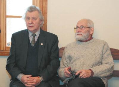 """Vitalius Stepulis (dešinėje) vadinamas Ąžuolyno """"krikštatėviu"""": buvo sodinimo iniciatorius, dabar kasmet čia lankosi ne po kartą. Šalia filosofas, literatūrologas Vaclovas Bagdonavičius – abu garbingos premijos laureatai."""