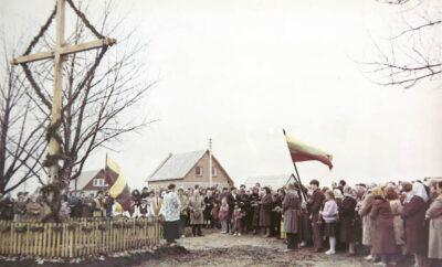 1989 m. kaimo kryžių pašventino kunigas K. Brilius.