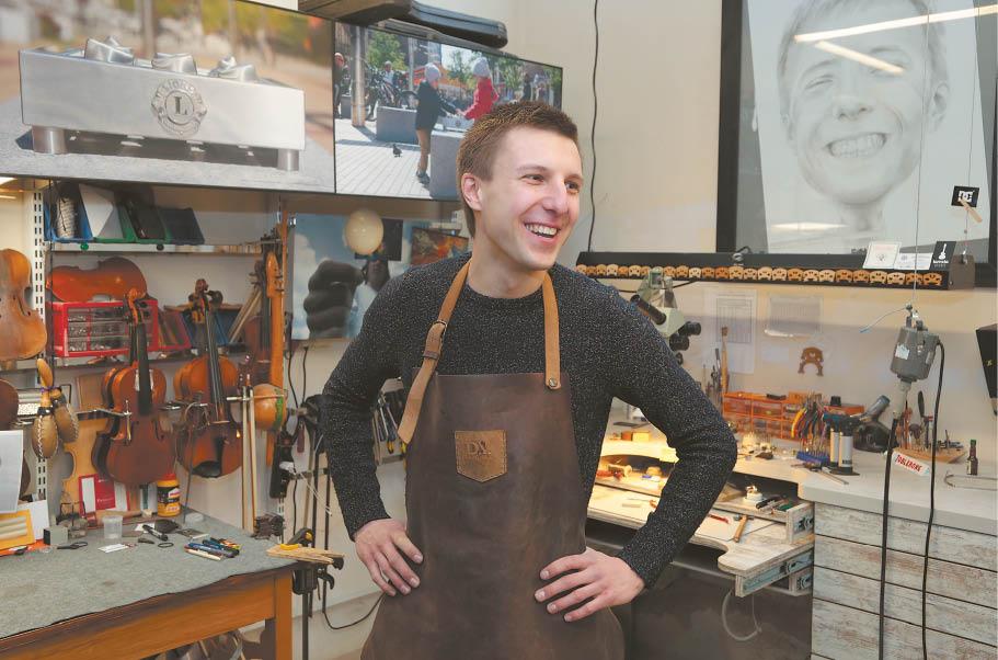 Dominykas Vakrinas prakalbina metalą, restauruoja smuikus ir džiaugiasi gyvenimu gimtinėje