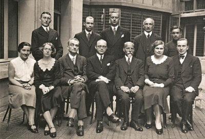 Lietuvos pasiuntinybės Paryžiuje darbuotojai. Iš kairės šalia moterų sėdi Oskaras Milašius, Petras Klimas, Kajetonas Dobkevičius.