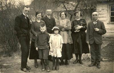 Petras Klimas su šeima (apie 1922 m.): šalia brolio Sergijaus šeima, motina ir sesuo Marytė.