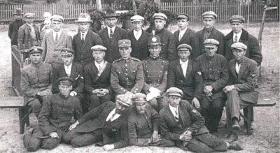 Grupė Lekėčių valsčiaus savanorių, tarp jų ir Jurgis Guoga (stovi penktas iš dešinės).
