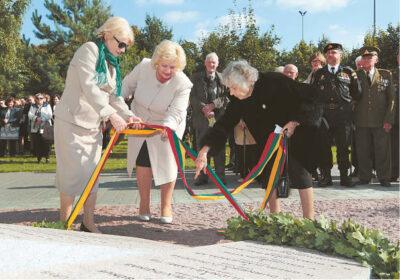 Paminklą atidengia, LGGRTC direktorė T. B. Burauskaitė, merė I. Lunskienė ir paminklo iniciatorė A. Sidaravičienė-Bedalė.
