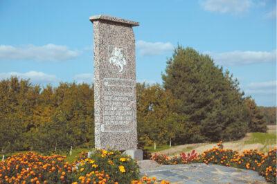 Opšrūtų operacijai atminti prie kelių sankryžos pastatytas paminklas.