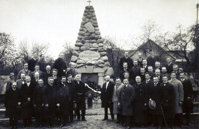 """Lietuvos Steigiamojo Seimo nariai prie paminklo """"Žuvusiems už Lietuvos laisvę"""" Karo muziejaus sodelyje, 1922 m."""