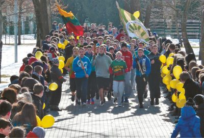 """Gimnazijos bendruomenė rengia bėgimą """"Tiltas iš praeities į dabartį""""."""