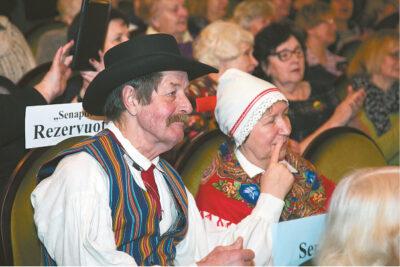 Estų šokėjai (beje, tai vienintelis vyras moterų šokių kolektyve) stebi bendraamžius.