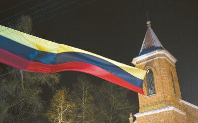 Vasario 16-ąją Šunskuose suplevėsavo įspūdingo dydžio vėliava.