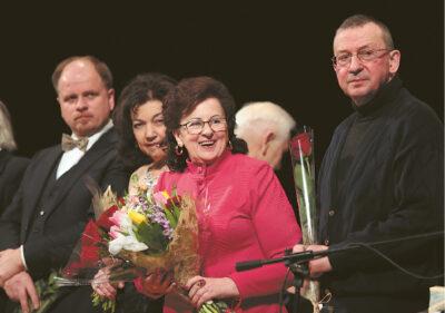 Biruta Pėveraitytė-Giraitienė su koncerte dalyvavusiais atlikėjais ir kompozitoriais.