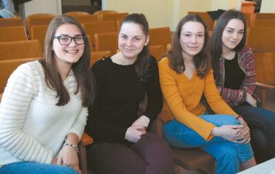 Jaunosios artistės Gabrielė Stankevičiūtė, Rugilė Smalenskaitė, Akvilė Petruškevičiūtė ir Dovilė Smalenskaitė sakė teatre gerai leidžiančios laiką.