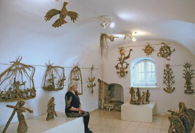 Danutė Saukaitienė šalia savo šieno skulptūrų Lietuvos tautodailininkų sąjungos dailės galerijoje Vilniuje.