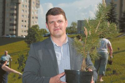 Aplinkotvarkos ir infrastruktūros skyriaus vedėjas Mindaugas Lelešius sako, kad sodindami medžius kuriame savo ateitį.