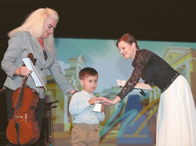 Pirmas koncerte pasirodė mažasis Motiejus Šnekutis, grodamas violončele.