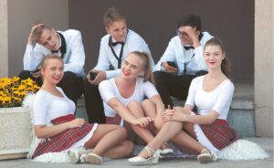 ...Belaukiant pasirodymo (Marijampolės orkestro jaunimas).