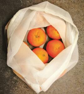Kad apsieitų be plastikinių maišelių, Inga yra pasisiuvusi daugkartinio naudojimo maišelių. Be jų į parduotuvę mergina kojos nekelia. Sako, tokius turėtų turėti kiekvienas apsipirkinėjantis.