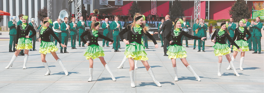 """""""Trimitas"""" ir jo šokėjos neseniai žavėjo Kinijos žiūrovus."""