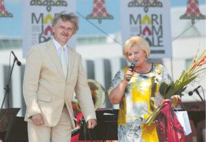 """Merė Irena Lunskienė sveikina """"Marijampolės maršo"""" autorių Kazį Daugėlą."""