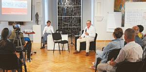 Algirdas Žebrauskas pasakoja apie ilgą kelią, kurį reikėjo įveikti, kad Telšiai taptų tokie kaip dabar. Kairėje – Justas Kučinskas.