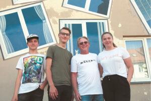 """Svečias iš Niujorko Džefas Vudburis (Jeff Wwoodbury) su pagalbininkais prie naujųjų langų """"Kačių kiemelyje""""."""
