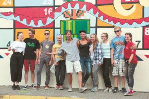 """Dalyvauti projekte norėjo daug kūrybingo jaunimo, kasmet savanorių """"Malonny"""" projekte vis daugėja. Ignui Vieversiui (penktas iš kairės) talkino itin gausus būrys."""