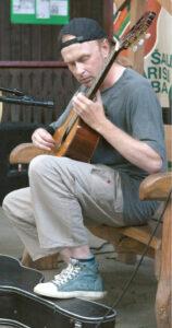 Publika liko sužavėta gitaros virtuozo V. Mikucko pasirodymu.