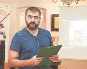 Tomas Kukauskas, Lietuvos Prezidento Kazio Griniaus memorialinio muziejaus darbuotojas, pakvietė susirinkusius į ekskursiją po miestą ieškoti modernizmo ženklų architektūroje.