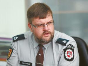 Marijampolės policijos komisariato Nusikaltimų tyrimo skyriaus viršininkas Liutauras Sinkevičius sako, kad sukčiai išranda vis naujų būdų, kaip išvilioti iš žmonių pinigus.