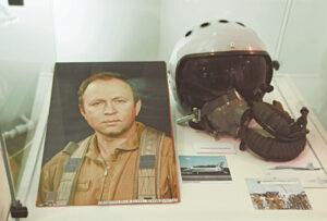 """Parodos dalyje """"Drąsieji"""" eksponuojami daiktai, priklausę vieninteliam iki šiol lietuviui kosmonautui bandytojui Rimantui Stankevičiui."""