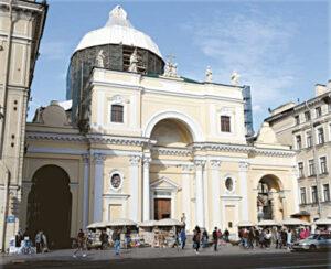 Bažnyčia dabar remontuojama, tad neatsiskleidžia išorinis jos grožis...