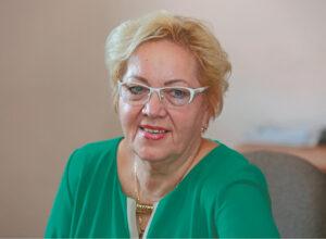 Adolfina Blauzdžiūnienė nuo 1991 m. savanoriškai ir neatlygintinai gelbsti moteris, patekusias į bėdą.