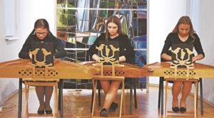 Meno mokyklos kanklininkės A. Brazytė, U. Klumbokaitė ir  D. Vosyliūtė gražiai pritiko prie birbynininkų būrio.