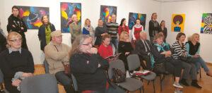 Antrąja paroda susidomėjo įvairi publika (ant sienos – V. Babkinytės paveikslai).