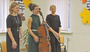 """Pianistė Eglė Kasteckaitė, violončelininkė Elena Daunytė ir aktorė Sandra Daukšaitė surengė pasirodymą """"Muzikos ir poezijos vyksmas""""."""