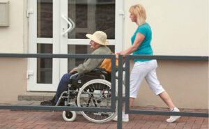 Institucinėje slaugoje seneliai dažnai būna nuasmeninti. Daugybę veiksmų, kuriuos jie dar galėtų atlikti patys, už juos padaro darbuotojai.