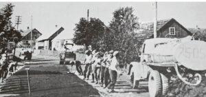 Kelių muziejuje Vievyje radome nuotrauką, kurioje užfiksuota, kaip 1967 metais asfaltuojama viena iš pagrindinių miestelio gatvių.