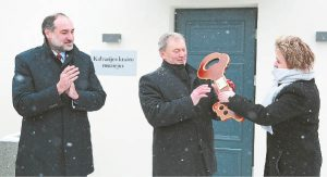 Pastato duris pirmieji atrakino Suchovolės miesto burmistras Michal Grzegorz Matyskiel (kairėje)ir Kalvarijos savivaldybės meras Vincas Plikaitis.