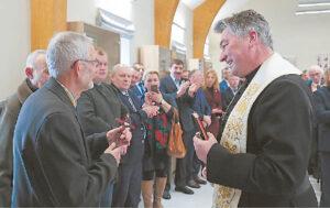 Rekonstruotą statinį šventino Kalvarijos Švč. Mergelės Marijos vardo parapijos klebonas Algirdas Žukauskas.
