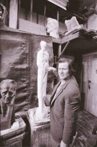 Alfonsas Ambraziūnas savo dirbtuvėje, kai kūrė paminklą Vincui Mykolaičiui-Putinui.