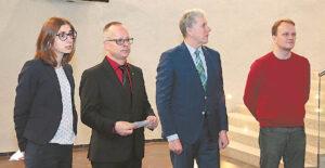 """Į parodos """"Jono Basanavičiaus Praha"""" pristatymą Marijampolėje atvykusius Čekijos Respublikos ambasados pirmąjį sekretorių P. Vavrą (antras ir kairės) ir parodos sumanytoją Prahos miesto muziejaus vyr. muziejininką J. Čeladiną (dešinėje) pasveikino Marijampolės sav. vicemeras Romualdas Makauskas. Su svečiais kartu atvyko ir vertėja."""