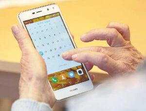 Senjorai domisi naujausiomis technologijomis, naudojasi ir išmaniaisiais telefonais.