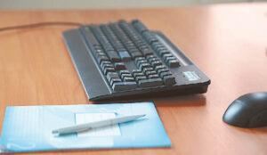 Pažintis su skaitmenine erdve prasideda nuo kompiuterio, o išklausę pradžiamokslį, mokymų dalyviai kviečiami gilinti žinias ir susipažinti su platesnėmis kompiuterinio ir informacinio raštingumo sąvokomis.