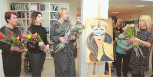Parodos autorės L. Augustaitienė, L. Zaleckienė ir V. Gelčytė prie G. Juodzevičienės (dešinėje) paveikslo.