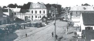 Autobusai Marijampolėje J. Basanavičiaus aikštėje apie 1928 metus.