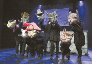 Katinai – pagrindiniai spektaklio veikėjai, nes jie įkūnija ir realias asmenybes...