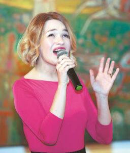 Kylanti operos dainininkė Giedrė Kapušaitė subtiliai parinktu repertuaru antrino svečio mintims.